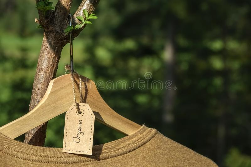 Vêtements organiques T-shirt coloré naturel photographie stock