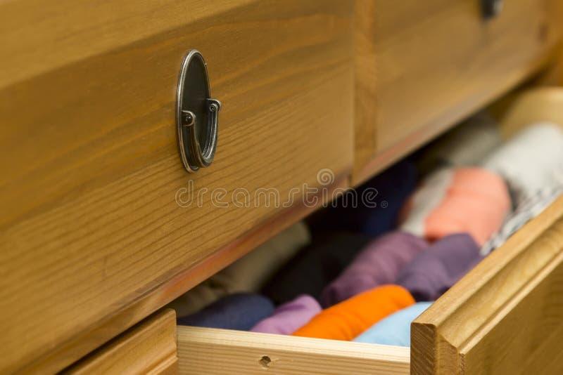 Vêtements pliés dans le coffre du plan rapproché de tiroirs images libres de droits