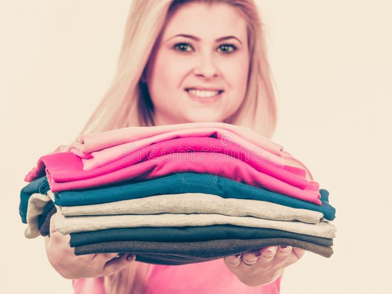 Vêtements pliés par participation de femme après avoir repassé photographie stock libre de droits
