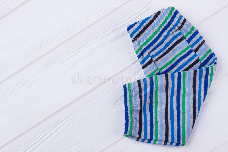 Vêtements rayés pliés pour des enfants photos stock