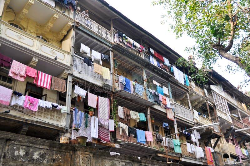 Vêtements s'arrêtant sur la façade d'une construction image stock