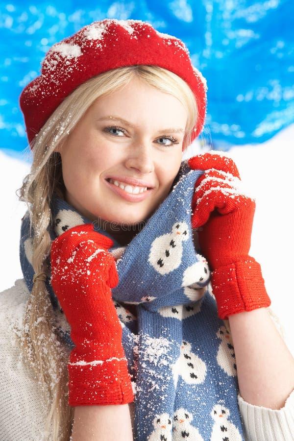 Vêtements s'usants de l'hiver de jeune femme dans le studio photographie stock
