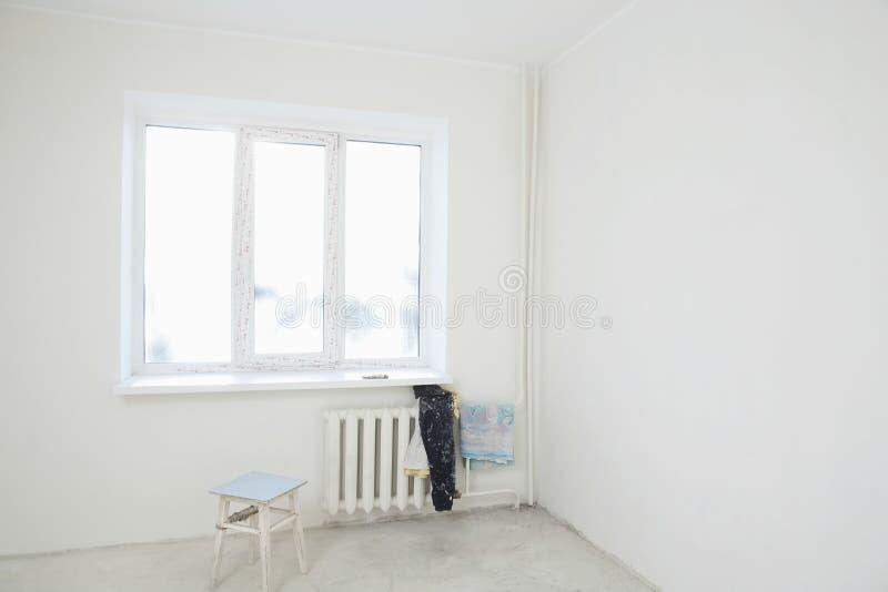 v tements sales sur le radiateur sous la fen tre de l 39 appartement image stock image du couleur. Black Bedroom Furniture Sets. Home Design Ideas
