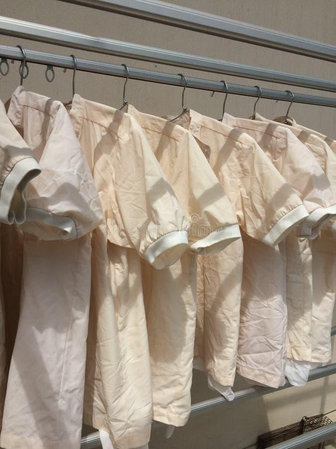 Vêtements secs au soleil, concept de blanchisserie images libres de droits