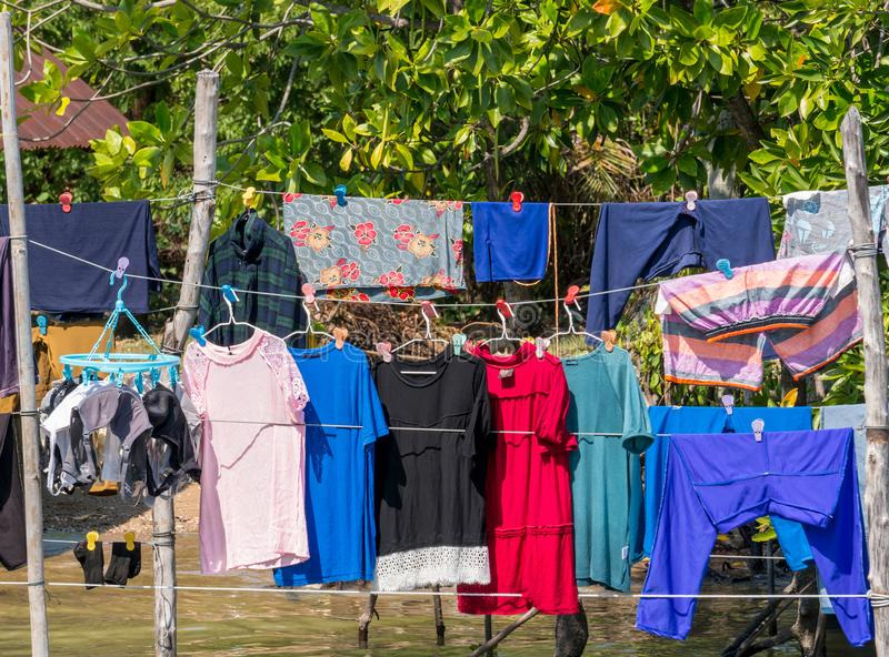 Vêtements secs au soleil dans le village de pêcheur images libres de droits