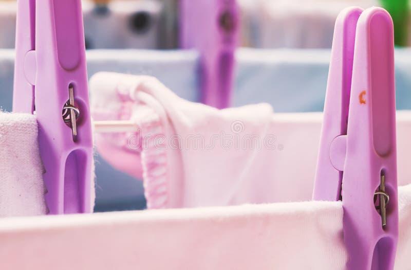 Vêtements secs sur le fil image libre de droits