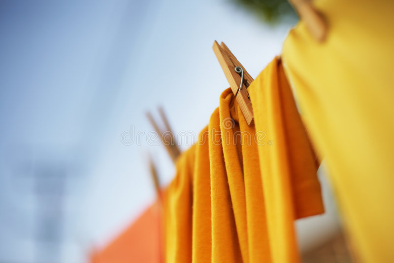 Vêtements sur la corde à linge image stock
