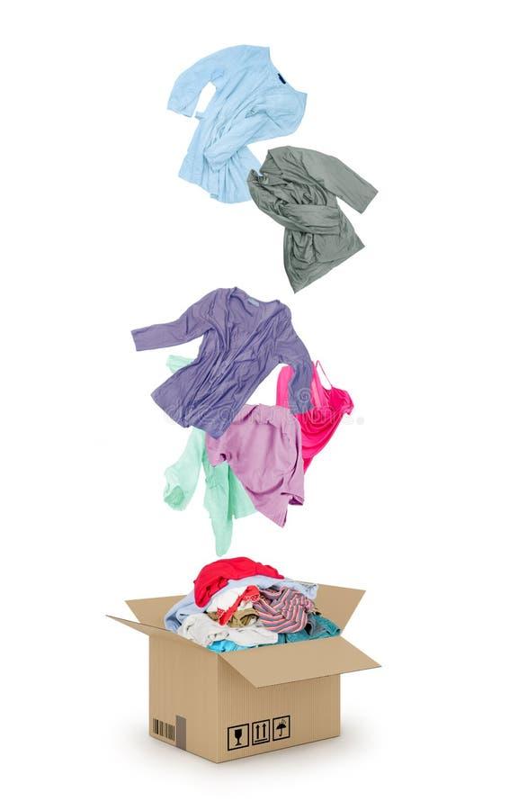 Vêtements tombant dans la boîte en carton photo libre de droits