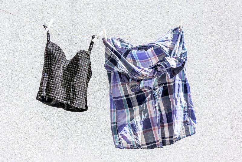 Vêtements traînés pour sécher image libre de droits
