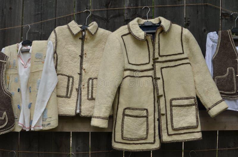 Vêtements traditionnels roumains images stock