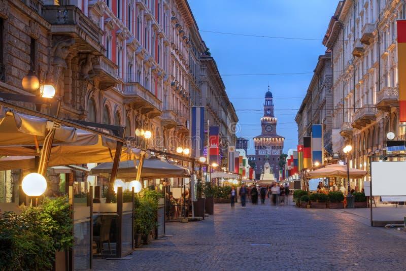 Vía Dante, Milán, Italia foto de archivo libre de regalías