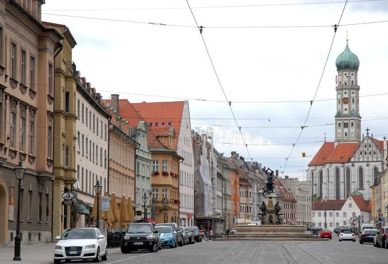 Vía de Augsburg con la estatua de Hércules en la ciudad de Augsburg en Baviera (Alemania) fotos de archivo libres de regalías