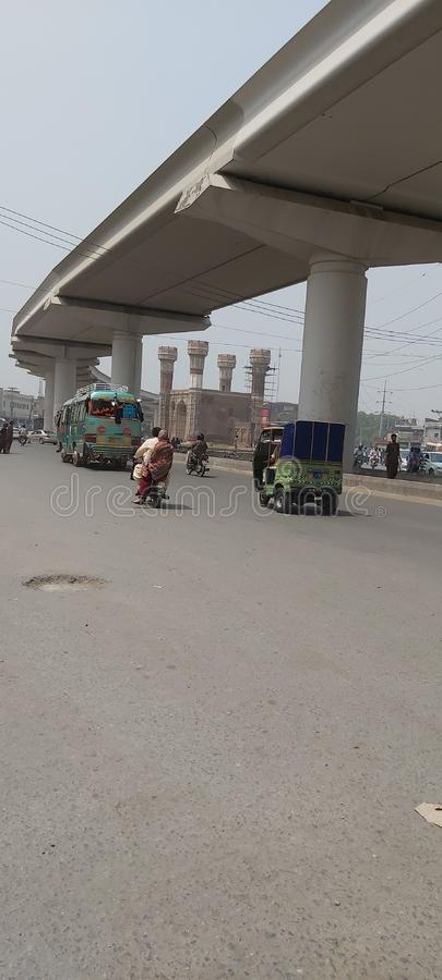 Vía de tren de Orange que cruza Chouburgi Chowk Lahore Pakistán foto de archivo libre de regalías