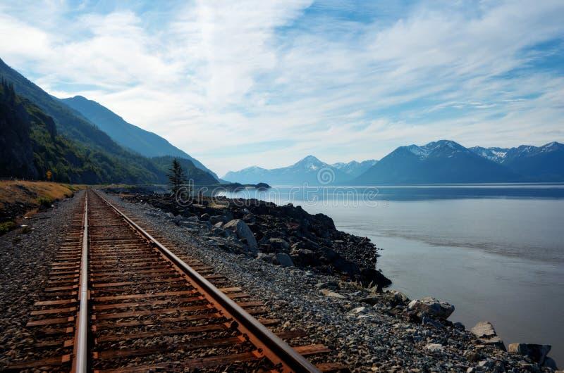 Vía del tren de Alaska por el agua imagen de archivo libre de regalías