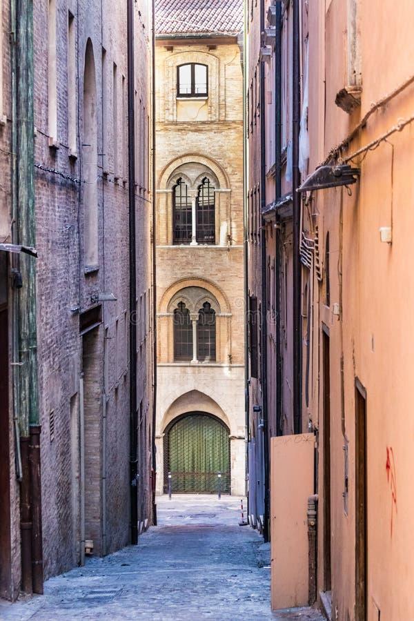 Vía el degli Aranci, un estrecho - calle alleway con las paredes de ladrillos viejas en el centro de ciudad de Ancona, Italia imagen de archivo