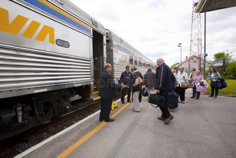 Vía el tren de pasajeros parado en la estación imagen de archivo