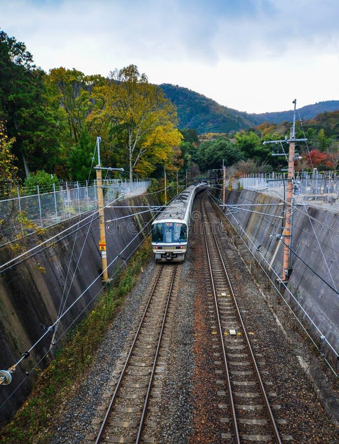Vía en el campo en Kyoto, Japón imagen de archivo