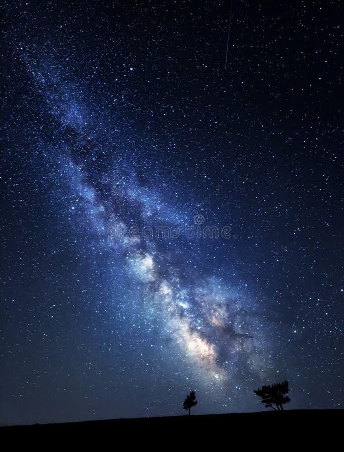 Vía láctea Cielo nocturno hermoso del verano con las estrellas en Crimea imagen de archivo
