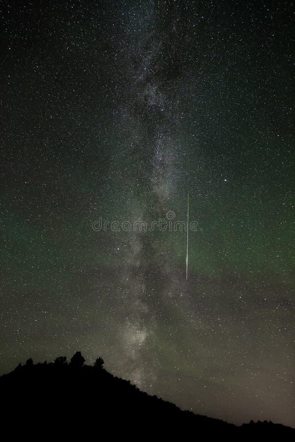 Vía láctea con el meteorito y luminosidad nocturna atmosférica durante la lluvia de meteoritos de Perseids, Dakota del Norte foto de archivo libre de regalías