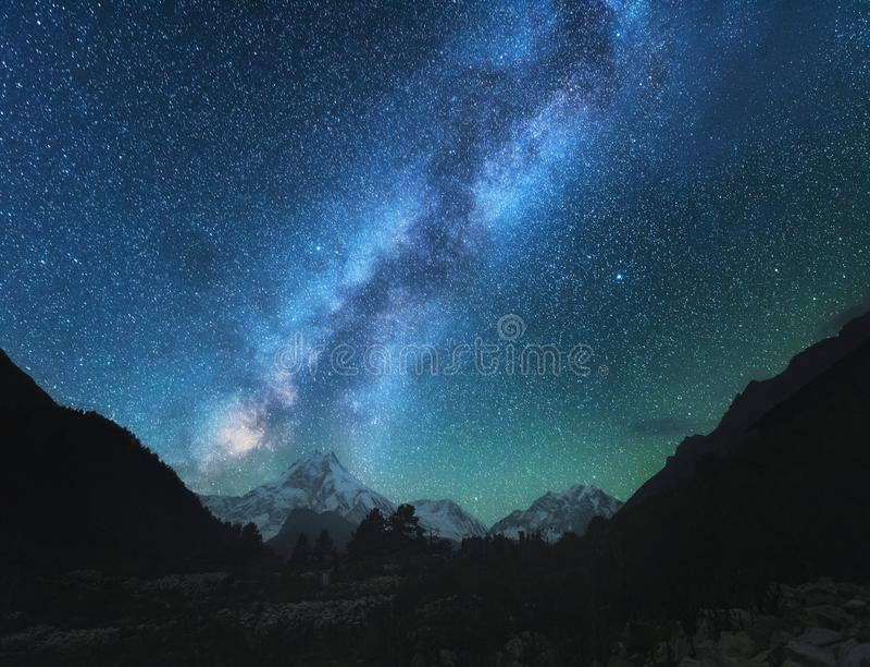Vía láctea Escena asombrosa con las montañas Himalayan imagen de archivo libre de regalías