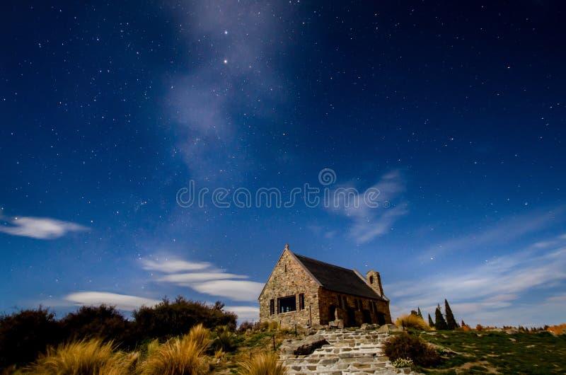 Vía láctea hermosa en la iglesia del buen pastor, lago Tekapo fotografía de archivo