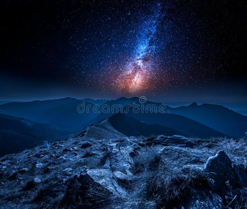 Vía láctea imponente en montañas en la noche en Polonia imagen de archivo