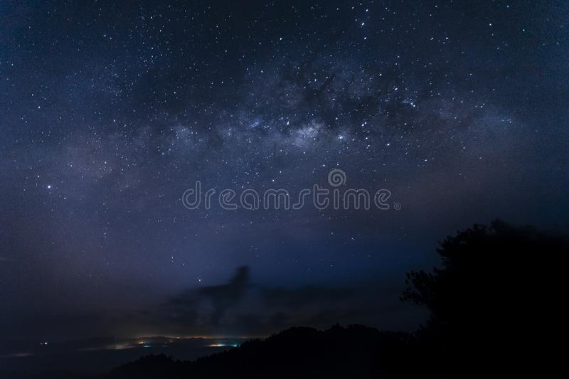 Vía láctea milkyway según lo visto del panorama Sungai Lembing Kuantan Pahang Malasia de Bukit imagenes de archivo