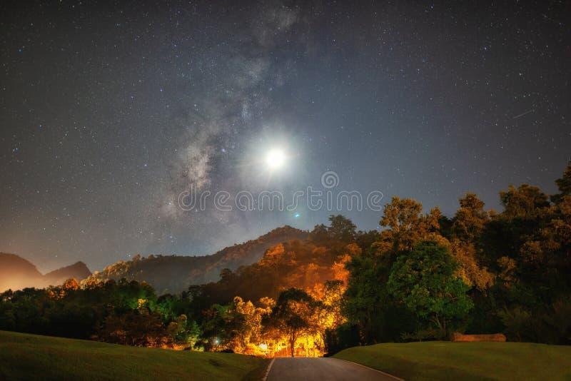 Vía láctea panorámica en Doi Ang Khang fotos de archivo