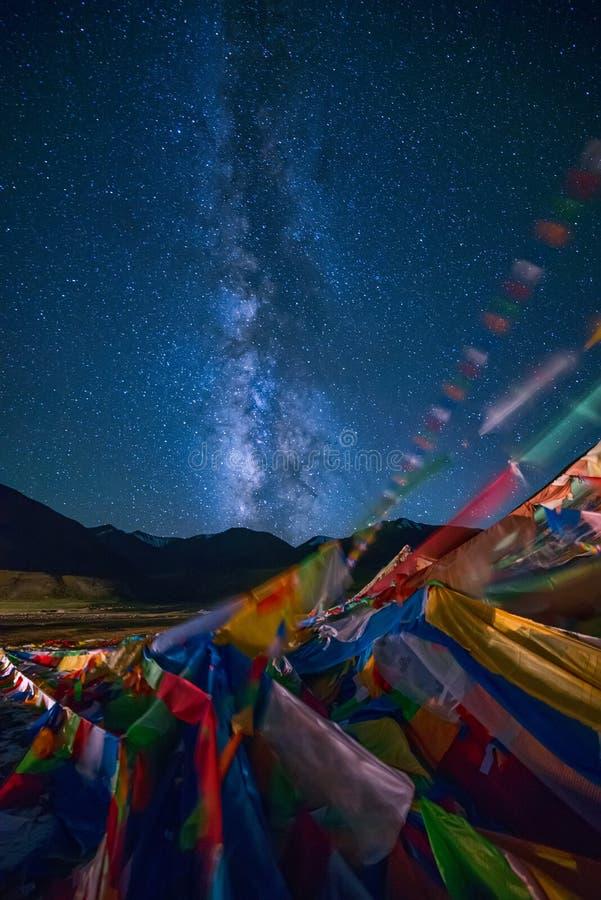 Vía láctea sobre banderas del rezo del tibetano fotos de archivo libres de regalías