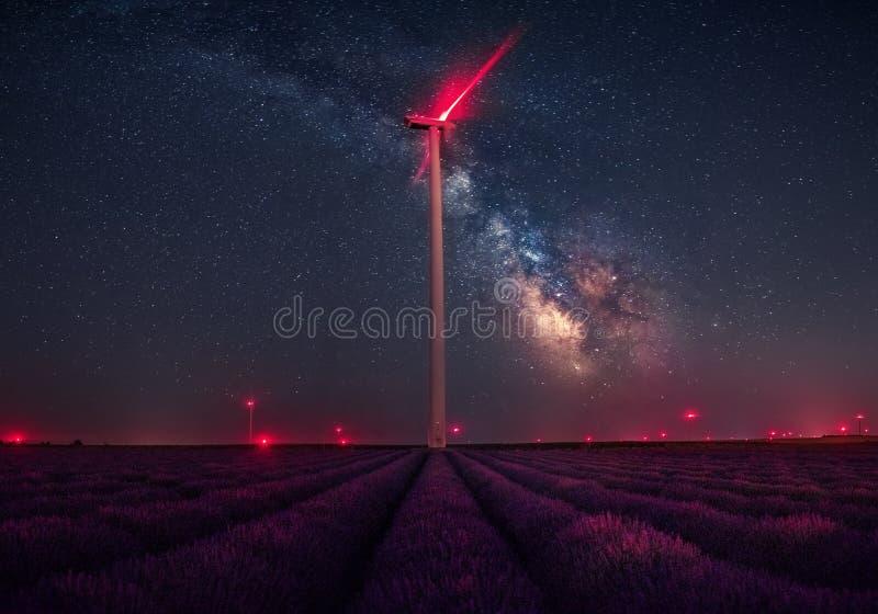 Vía láctea sobre campos de la lavanda y la turbina de viento imagen de archivo libre de regalías