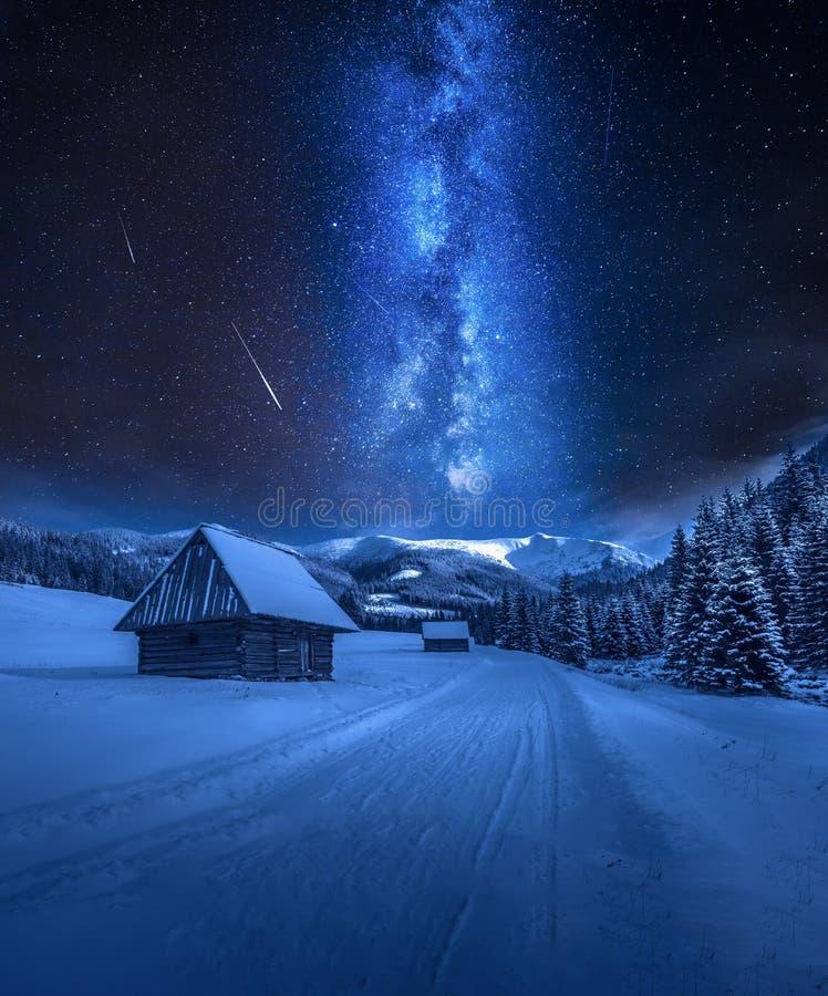 Vía láctea sobre el camino nevoso en las montañas de Tatra, Polonia imagen de archivo