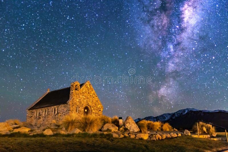Vía láctea sobre iglesia del buen pastor, lago Tekapo, Nueva Zelanda foto de archivo