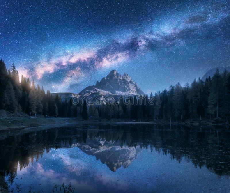 Vía láctea sobre las montañas y lago Antorno en la noche imagen de archivo