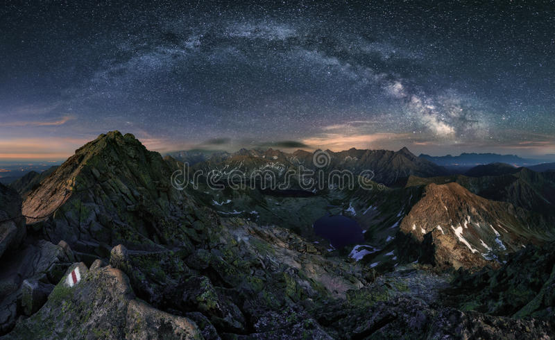 Vía láctea sobre panorama de la montaña de Tatras, Polonia imagen de archivo libre de regalías