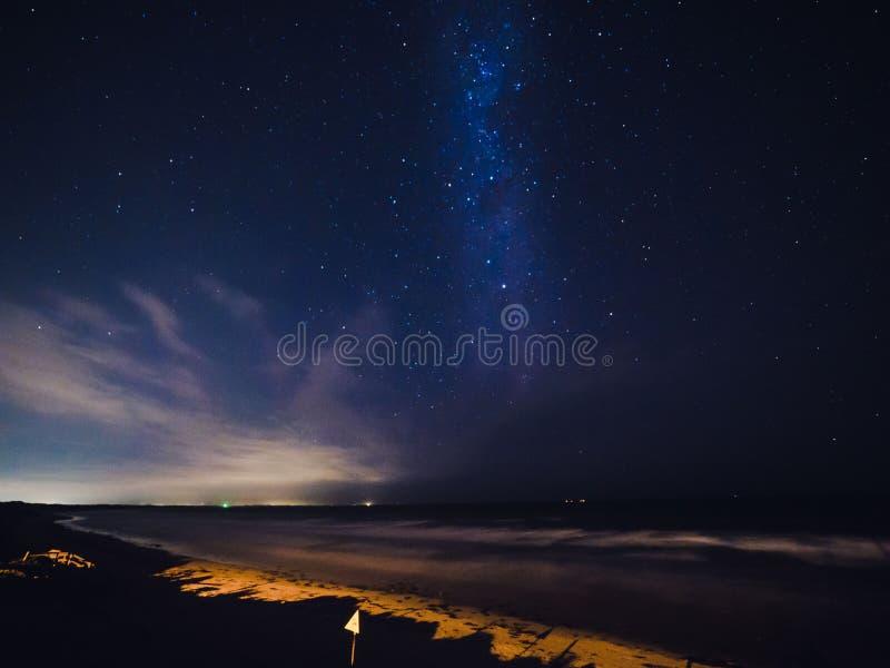 Vía láctea sobre una playa en Australia fotos de archivo