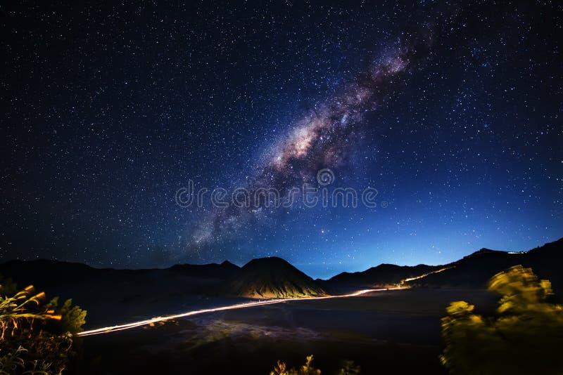 Vía láctea a través del Mt Bromo, Java Oriental, Indonesia imagen de archivo libre de regalías