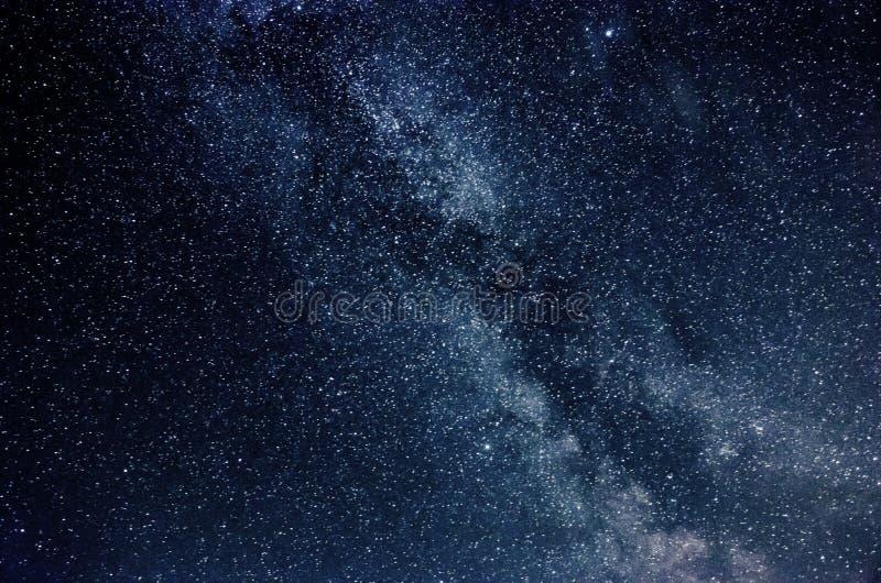 Vía láctea y cielo estrellado con las nubes foto de archivo libre de regalías