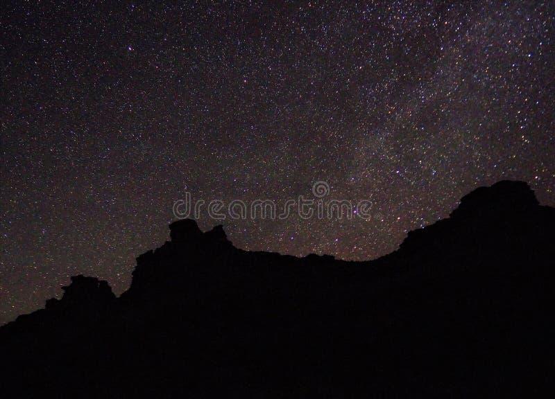 Vía láctea y estrellas sobre las montañas del desierto imagen de archivo libre de regalías