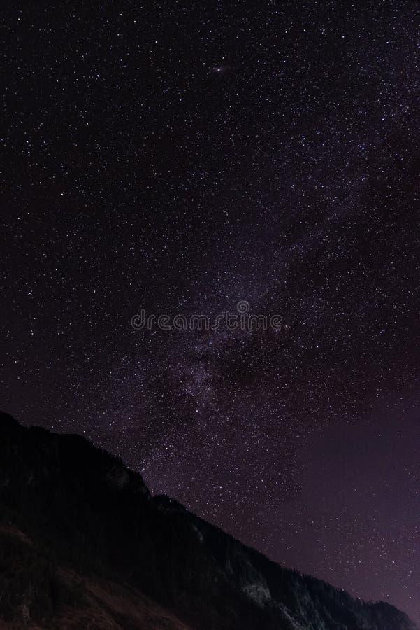 Vía láctea y las estrellas en cielo nocturno imagen de archivo libre de regalías