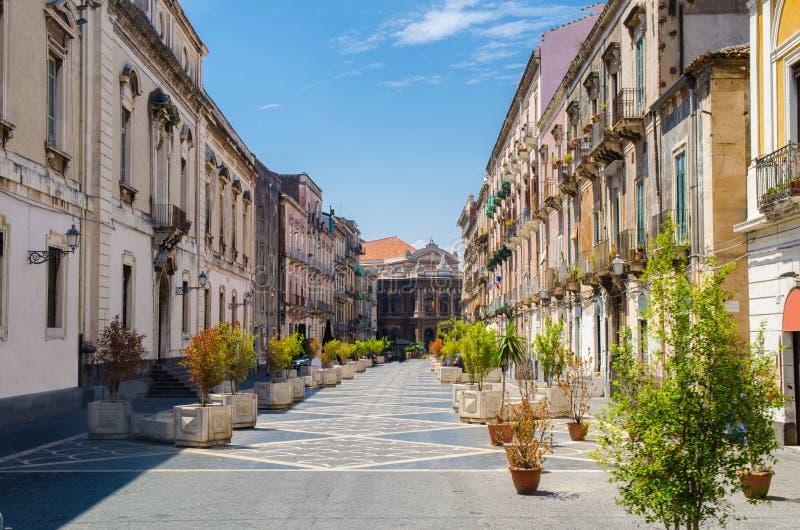 Vía la calle de Teatro Máximo, ciudad de Catania, Sicilia, Italia fotos de archivo