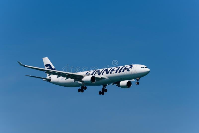 Vías aéreas aeroplano, Airbus 333 de Finnair, aterrizando en el airpo de phuket fotografía de archivo libre de regalías