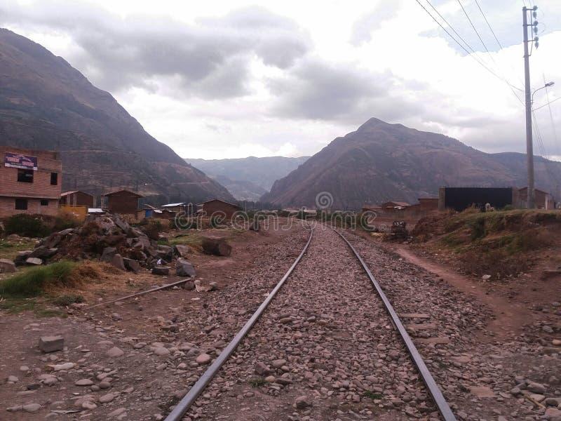 Vías del tren con las casas próximas fotografía de archivo libre de regalías