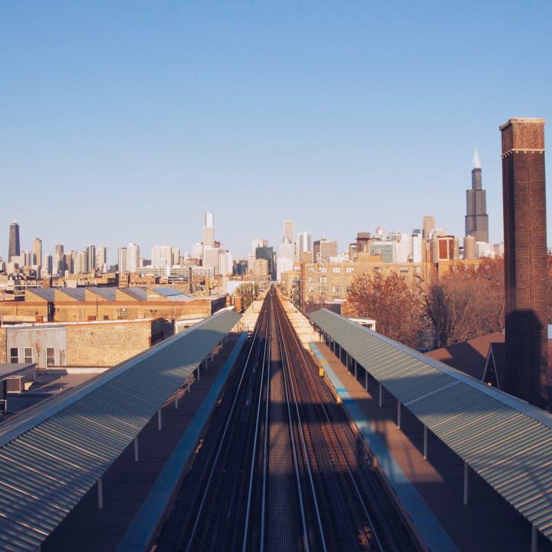 Vías del tren en la ciudad fotografía de archivo