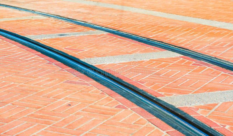 Vías del tren en ladrillos en la calle de Portland foto de archivo