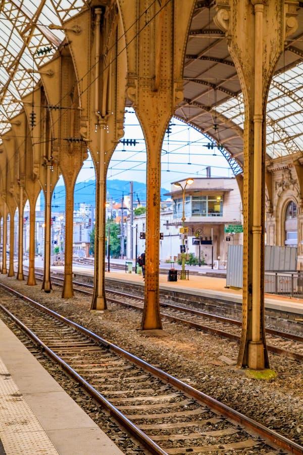 Vías en la estación de tren en Niza, Francia imágenes de archivo libres de regalías