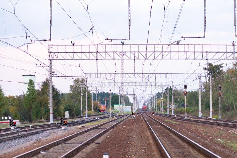 Vías ferroviarias y trenes imagen de archivo libre de regalías