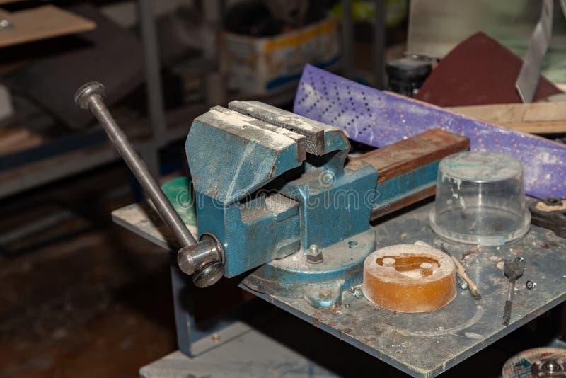 Vício velho da cor azul para um aperto forte dos objetos e para promover o trabalho industrial em uma oficina para a produção Fer foto de stock