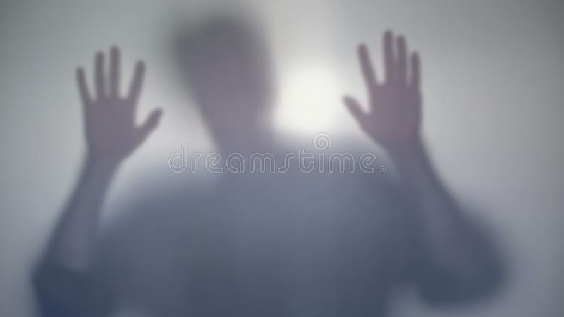 Víctima asustada que golpea en la ventana, intentando salir de guarida de los asesinos imagen de archivo libre de regalías