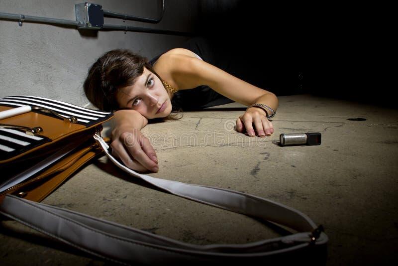 Víctima de delito femenina en la tierra fotografía de archivo libre de regalías