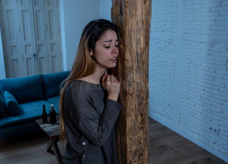 Víctima de la mujer de la sensación de la violencia doméstica y del abuso sola y deprimida imagen de archivo